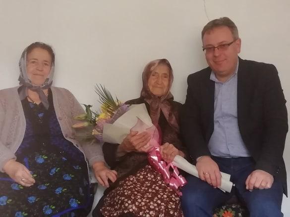 Зелха Усенджикова със снаха си Рафинка и кмета Румен Пехливанов